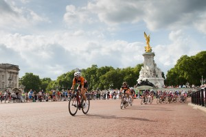 Lizzie Armitstead passes Buckingham Palace, Prudential RideLondon, Grand Prix – pro women's criterium race on The Mall, London. 9 August 2014